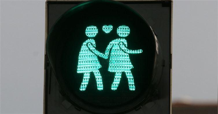 維也納路口亮起了超可愛同性戀紅綠燈號誌,紅燈的圖案真的太可愛了!