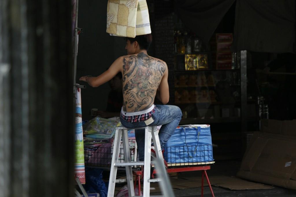 眼尖網友發現了這位賣棉被的東湖王陽明,讓不分性別的網友紛紛表示「快把家裡棉被割破」!