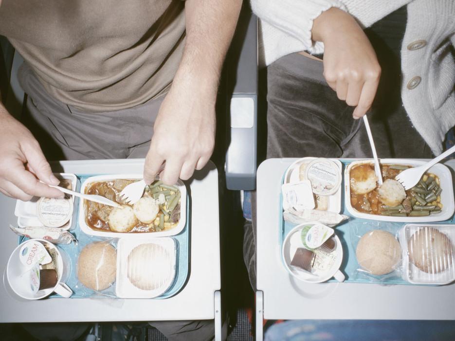 這項科學研究會告訴你為什麼飛機餐永遠都這麼難吃。