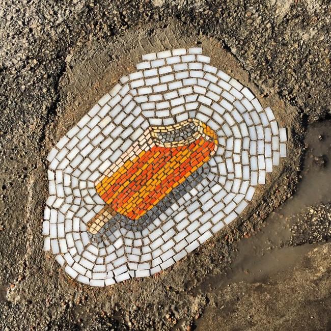 因為已經受不了他的市政府不肯填補馬路坑洞,他決定用這種最可口的方法抗議。