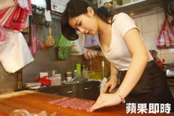 網友在傳統市場的豬肉攤發現了一幅驚人美景,我才知道原來天使也會切豬肉!