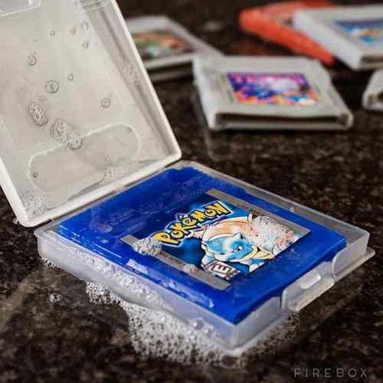 拿起這些超懷舊GameBoy卡帶,但怎麼不能讀取還開始起泡泡?!