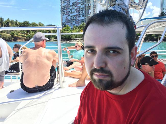爆紅男子因為上次公司招待旅遊沒有家人陪拍下超憂鬱照片,這次網路幫他爭取到能帶全家人出遊!