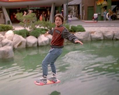 你需要坐下來看這支超精采的影片,因為這個人發明的漂浮滑板已經成功在水上漂浮300公尺了!