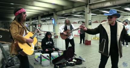 搖滾天團U2在地鐵站裡喬裝彈奏音樂,然後偷偷拍下路人反應看有沒有人認出來。