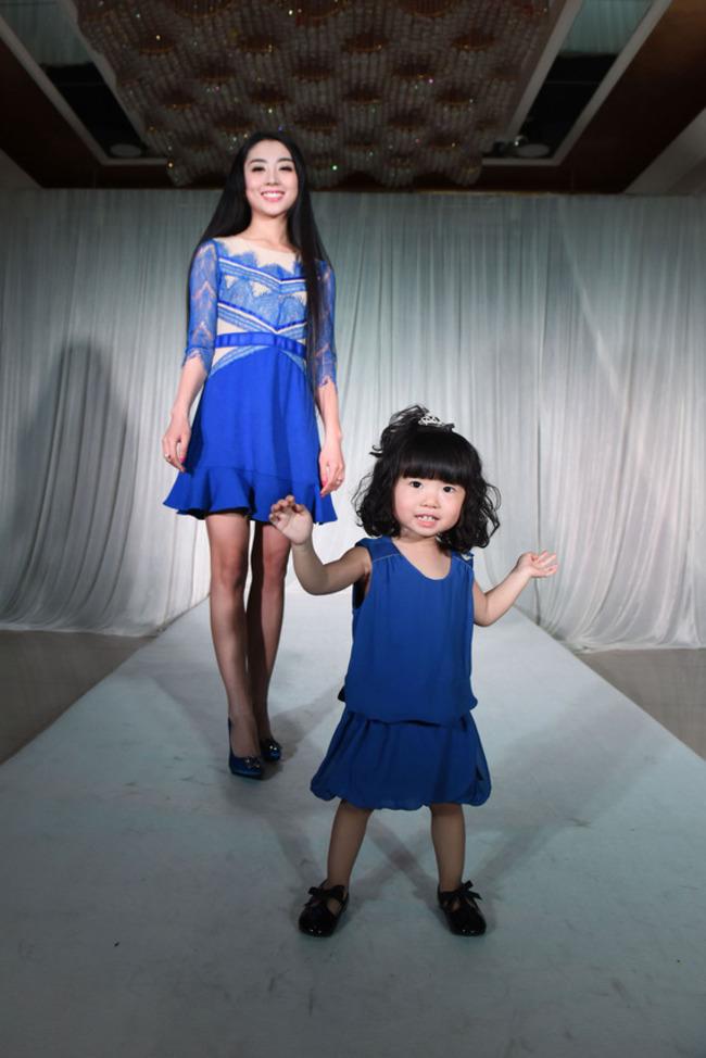 這個才2歲大的小女孩,快500萬的置裝費都可以買得起房子了呢!