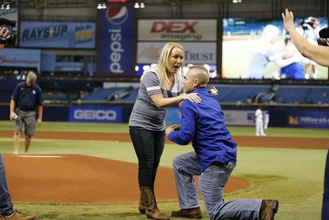 這名消防員救了被前男友砍32刀差點死掉的她,3年後他在球場上給了她一個最動人的驚喜。