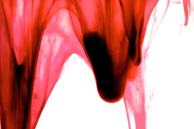 這一系列驚艷的作品全都不是紅色顏料,而是充滿女性重要意義的素材!