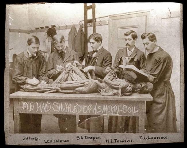 10張古代醫學系學生與屍體合照的瘋狂照,證明古代人的膽量比我們大100倍!