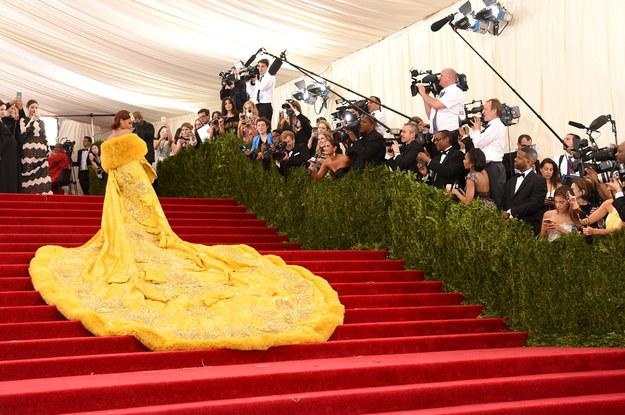 蕾哈娜出席慈善晚會的這套禮服,網友們認為長得像這18個超爆笑的物品。