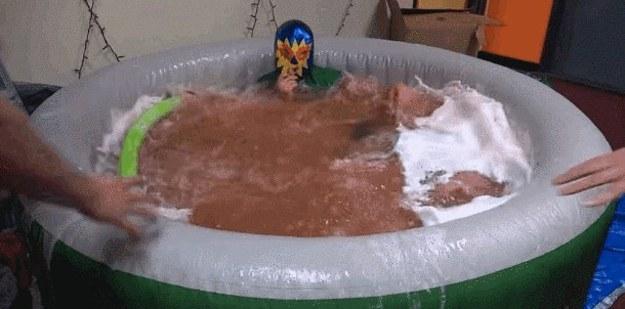 他們把50顆沐浴球全部轟進澡盆中,結果會有多爆炸呢?