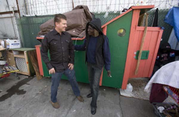 路人都不了解為什麼這名男子一天到晚都在撿垃圾,直到過幾天看到他在路邊做的事情...