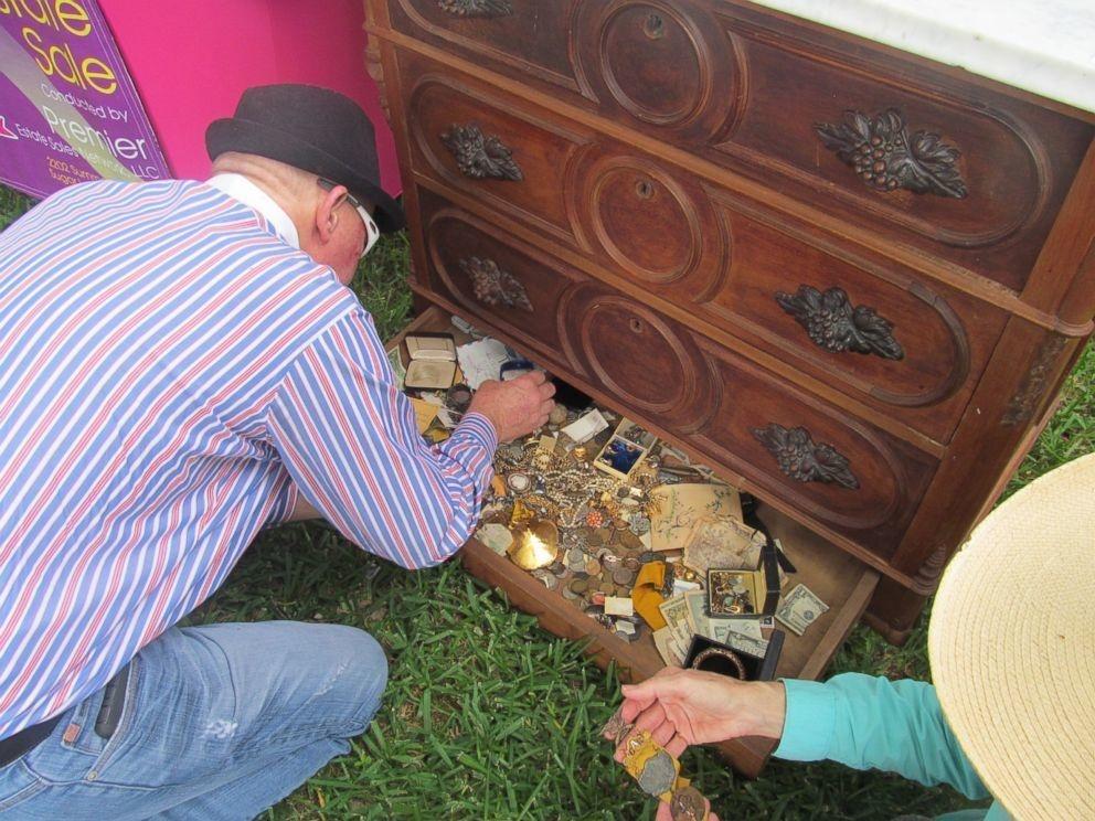 古董收藏家在拍賣會上買了這個空的老舊五斗櫃,但搬起來的時候卻發現最下方發出奇怪的聲響!