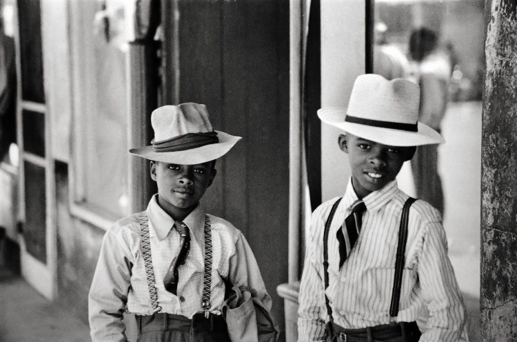 Friends hanging out in 1947 in Natchez, Mississippi.