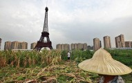 這座巴黎艾菲爾鐵塔看似是小型了點,一旁還有人在種田洗頭...什麼情況?!