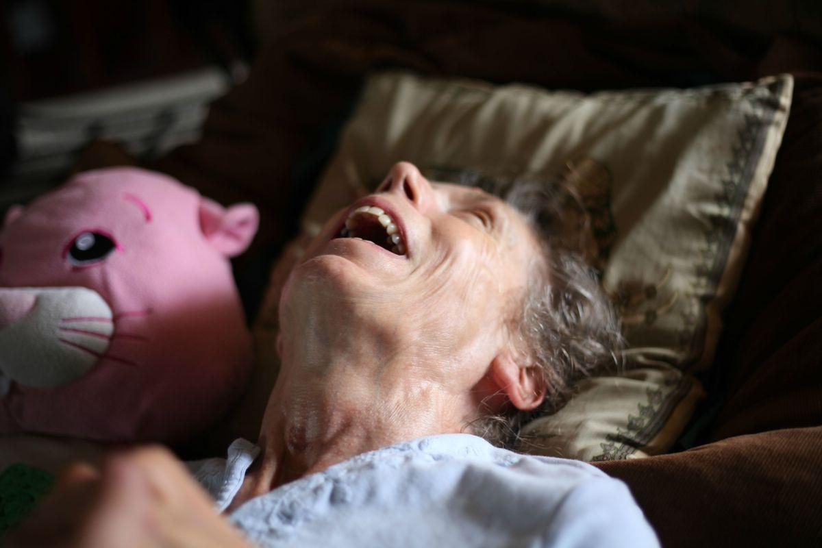 11張兒子記錄下母親十幾年來慢慢失智的罕見過程,最後那張他悲傷地說「真希望她早點死」。