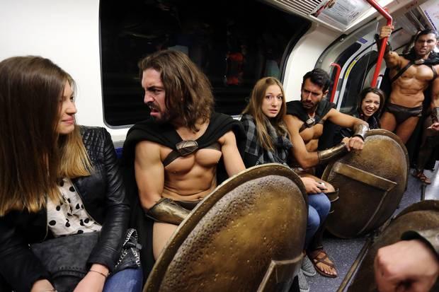 英國地鐵裡忽然出現了一大群「300壯士」猛男,讓地鐵裡的女生都開心死了!