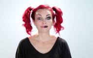 她要示範給你看如何在2分鐘「變成5張不同的臉」。這會完全摧毀你原本對「化妝」的認知!