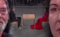 這位藝術家坐著與大眾默默凝視1分鐘,但當下一名男子坐下來後,在場的所有人都紅了眼眶。