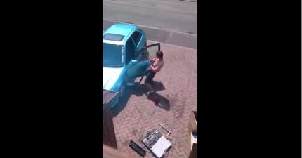 這個半裸帥哥以為沒有人在看,但鄰居拍下的片段上傳後就讓女網友都臉紅了!