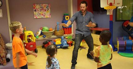《侏羅紀世界》克里斯·普瑞特跑去兒童醫院裡教病童「馴服迅猛龍的正確方法」!