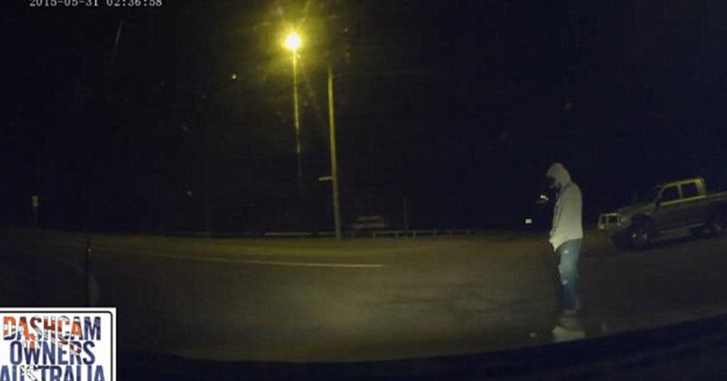 男子深夜開車時看見一幕詭異至極的畫面,當下外面發出的聲音簡直就是活生生的恐怖片啊!