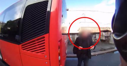 這個單車騎士騎到一半前面巴士停下來,走下來的乘客居然把他的鑰匙交給了他?!