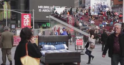 城市大街上出現一張床,它要幫你找回你失去的童真!