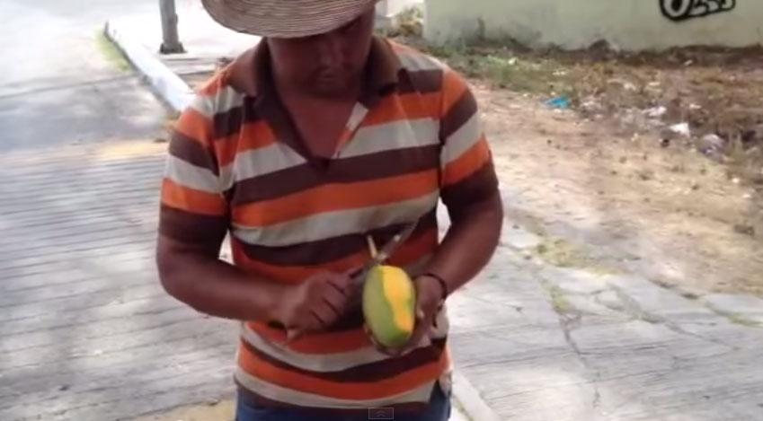 有人在路上目擊到最強大的「芒果神切法」,看到最後你才會知道有浪漫!