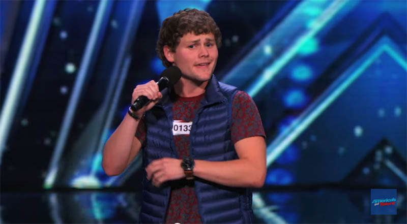 他上台表演喜劇卻因嚴重口吃連一句話都講不好,但表演卻讓評審感動笑翻而觀眾全都起立鼓掌!