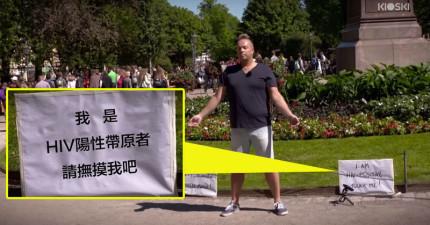 這名男子站在這個牌子前等著奇蹟發生,感動到妝都花了!