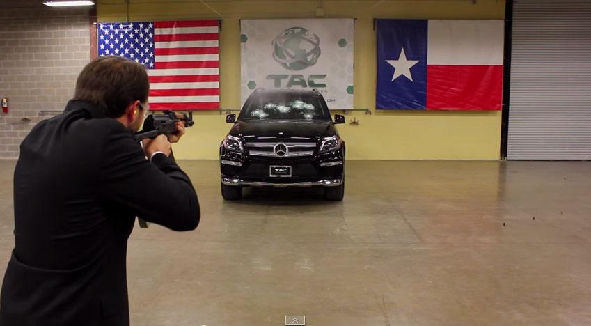 這個員工拿一把衝鋒槍對著坐在賓士車裡的老闆射擊,從車內拍到的影片讓我腦充血!