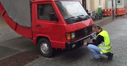 收費員正在開罰單給這台違規亂停的車輛,但他一抬頭看的時候就整個嚇壞了!