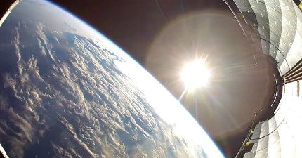 這個攝影機拍下的太空火箭「從外太空掉回地球」的過程,會讓你的人生有新的啟發。