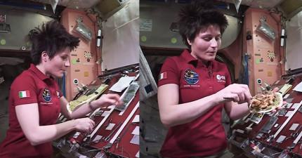 女太空人示範如何在外太空烹飪食物,就連阿基師也無法邊做菜邊在空中「抓來抓去」吧?