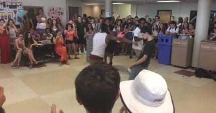2個高中生在鬥舞霸凌一個阿宅,結果被推擠後阿宅使出的招式讓全場人為之瘋狂!