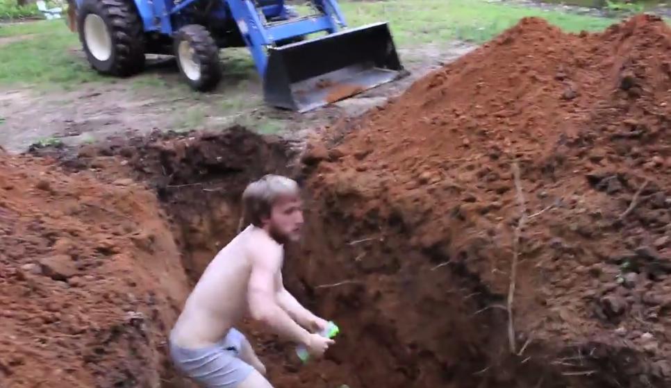 這名啃老族依然沉迷電玩荒廢正業,所以他老爸為了要消滅壞習慣直接把挖土機開過來...
