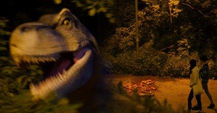 他們在漆黑夜晚的路上發現了滿地的屍體殘骸,一聲巨吼...暴龍殺出來要他們的命!