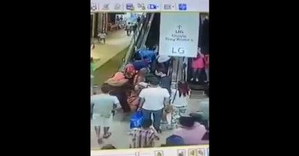 這些民眾踏上了往上的電扶梯,不料幾秒後電扶梯故障方向倒轉,接著就「連鎖反應」了...