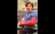 小男生手術醒來時因為麻醉藥效還沒有過超HIGH,不敢相信自己新得到的「超級寶物」!