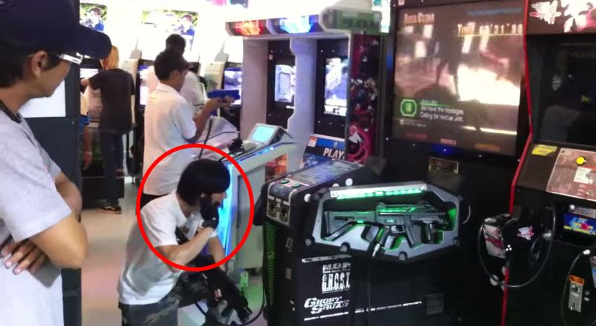 這個人在打射擊遊戲時居然就好像真的在打仗,他的每個行動都會讓你你對他肅然起敬!