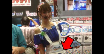 這個女生的扭蛋機Cosplay讓所有人都不敢直視,因為拿「扭蛋」的地方太...*臉紅*