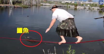 男子看到河裡有一隻鱷魚腿有點不對勁,結果他就走繩索然後跳到鱷魚身上!