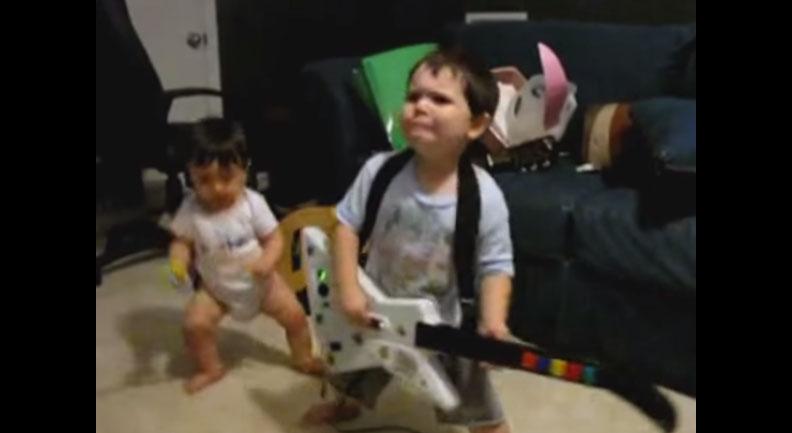 當這名2歲小男生彈奏電玩吉他時,他的120%超搖滾投入表情會讓你的臉融化掉!