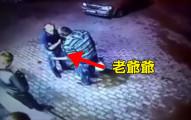 2名歹徒看到一名老先生以為他會很好搶,但完全沒想到他年輕時其實是一名...專業拳擊手!