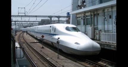 日本新幹線推出了新的形象海報,但幼稚的網友們看見後卻突然笑成一團!
