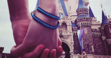 這雙在迪士尼城堡見證下緊握的手果真永不分開,但換個角度看會讓你超想翻桌。