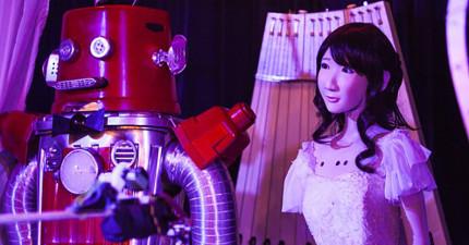 請掌聲祝賀日本這對幸福成婚的機器人,但新郎「伸出嘴」接吻時,我完全不能接受...