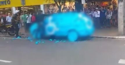 這名車主亂佔用殘障車位,回來時就發現路人全部在圍觀他的...全藍車子。