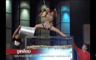 「泰國殺人卡拉OK節目」把正妹降到一個充滿蛇、青蛙、和鱷魚的水池中,當她開始唱歌時我好慚愧...